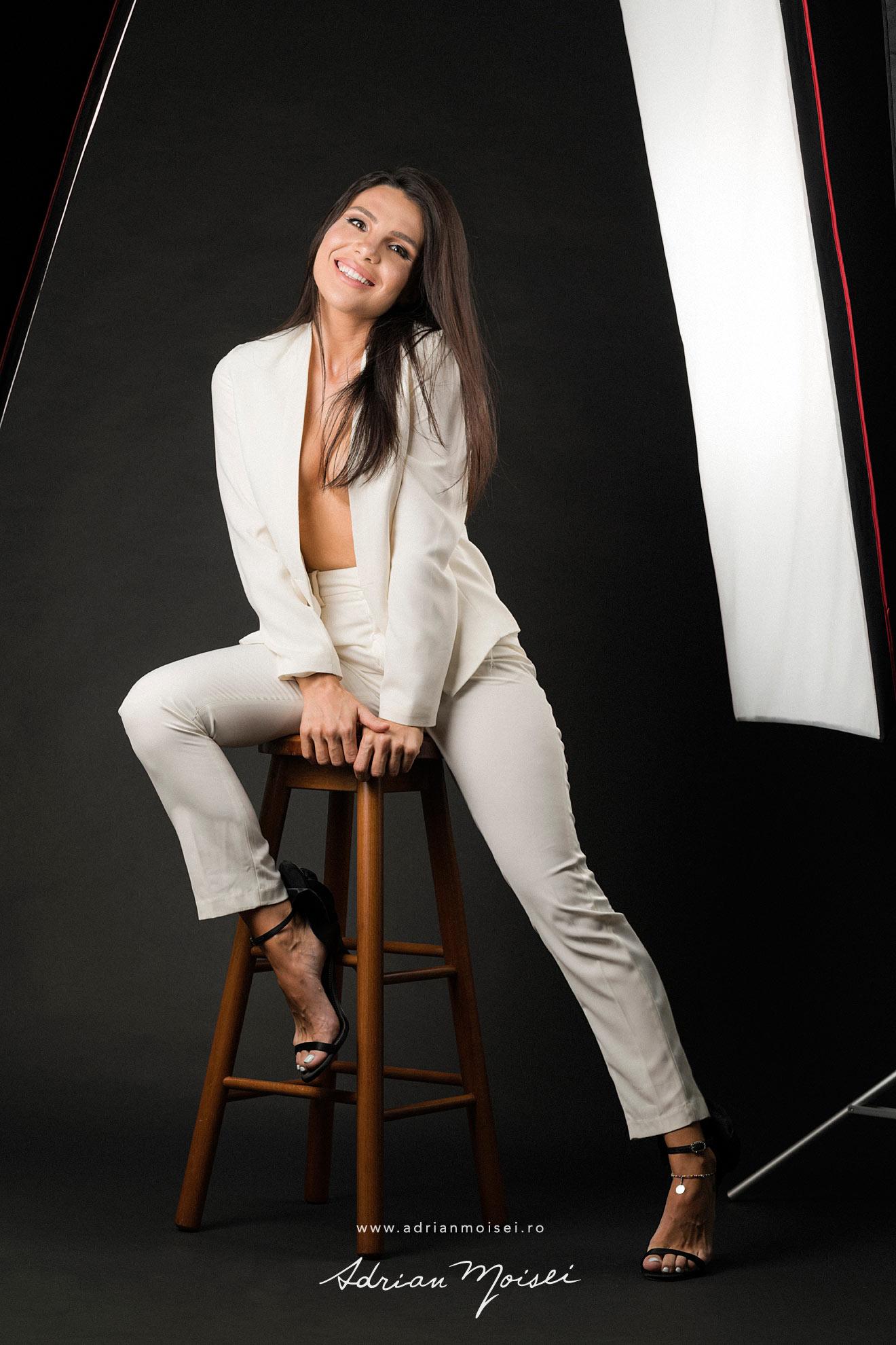 Fotograf fashion Iasi - fotografie cu modela frumoasa in studio, pe fundal negru - studio foto Adrian Moisei