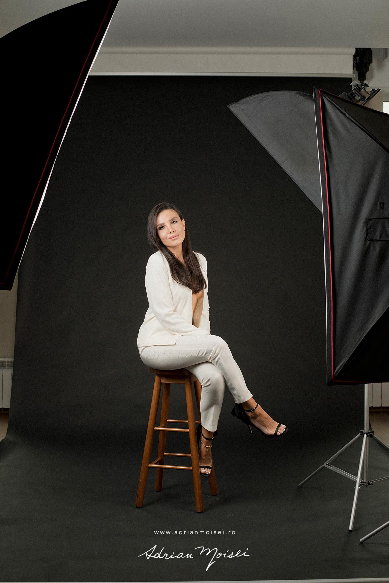 Fotograf fashion Iasi - fotografie cu modela frumoasa si senzuala in studio, pe fundal negru - studio foto