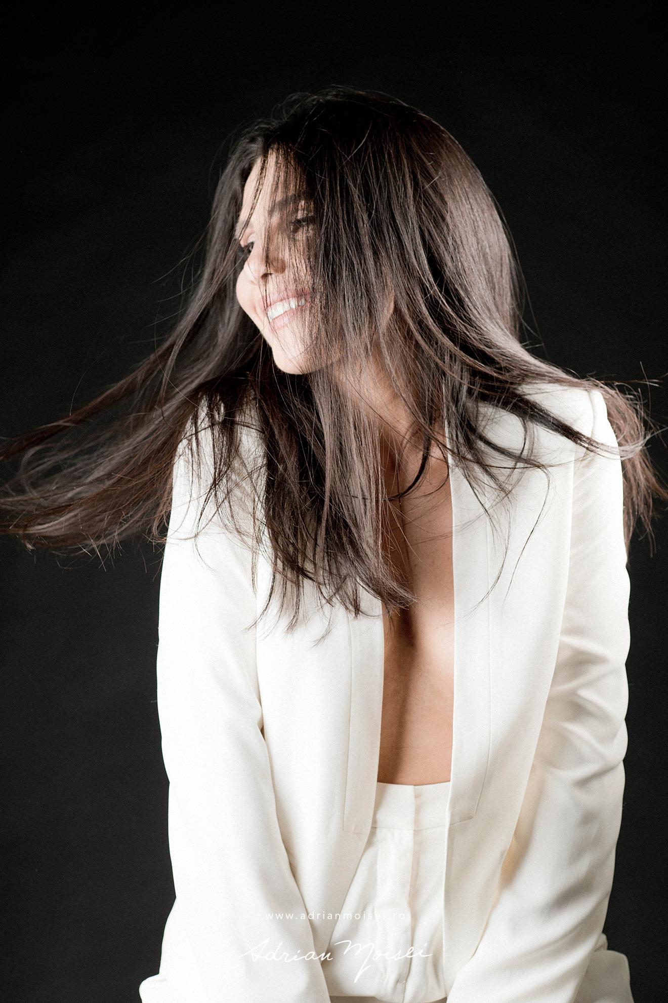 Fotograf fashion Iasi - cu modela frumoasa si senzuala in studio, pe fundal negru - foto Adrian Moisei