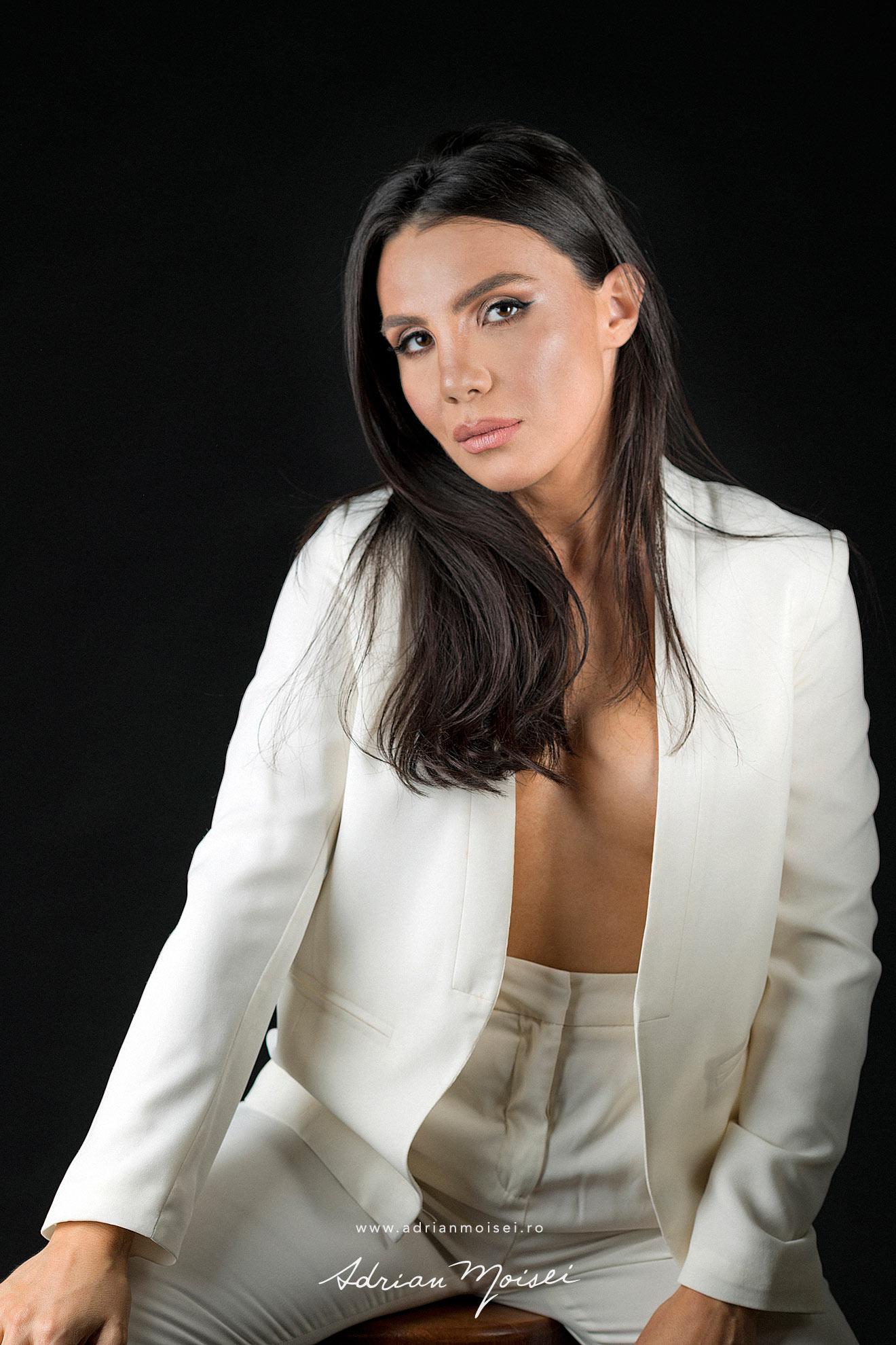 Fotograf fashion Iasi - fotografie cu modela frumoasa si senzuala in studio, pe fundal negru - studio Adrian Moisei