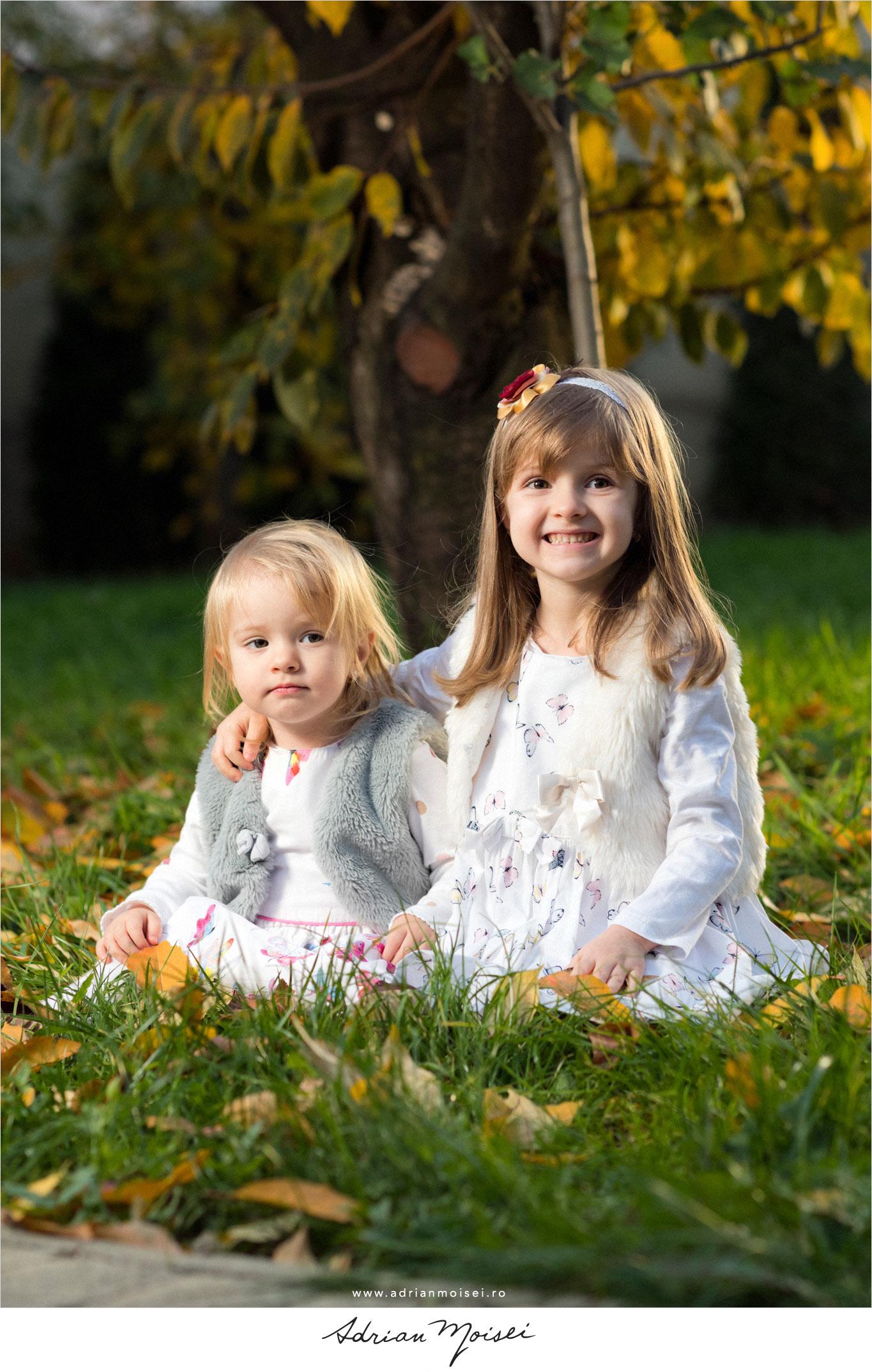 Fotografie de familie Iasi in livada mea de la studio foto video. Fotografii toamna copii adorabili jucandu-se cu frunze printre copaci. Expresii minunate au acestia.